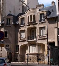 Small Guimard building on Rue La Fontaine