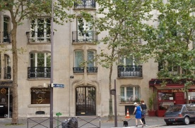 Stately apartment building by Guimard.